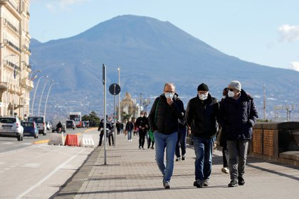 Personas caminan en el paseo marítimo de Nápoles (REUTERS/Ciro De Luca)
