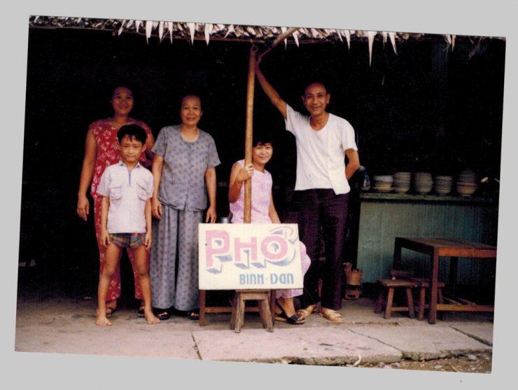 Su mamá vendía pasteles de arroz en un campo de refugiados. Ahora vende su salsa picante de chile en supermercados gourmet