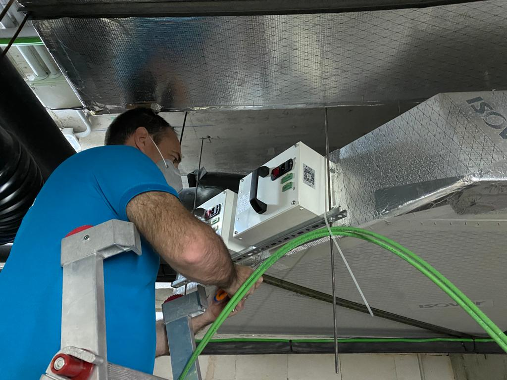 Una empresa italiana instala tecnología pionera que elimina el covid del aire en la piscina de Benissa