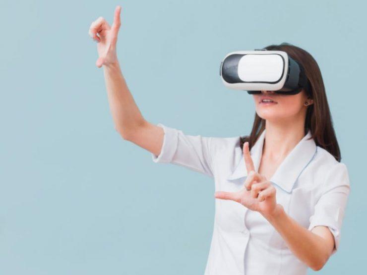 Mujer utilizando lentes de realidad virtual