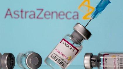 """Ilustración de viales con la etiqueta """"Astra Zeneca COVID-19 Coronavirus Vaccine"""" y una jeringa se ven delante de un logotipo de AstraZeneca mostrado, 14 de marzo de 2021. REUTERS/Dado Ruvic"""