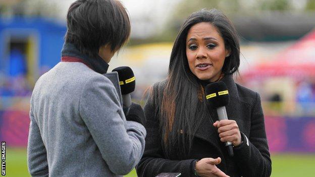 Alex Scott como parte de la cobertura televisiva de la BBC de la WSL