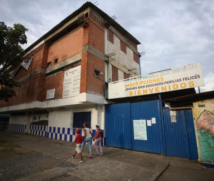 Crisis en educación: El trasteo de 190 estudiantes cuyo colegio se cerró - Cali - Colombia