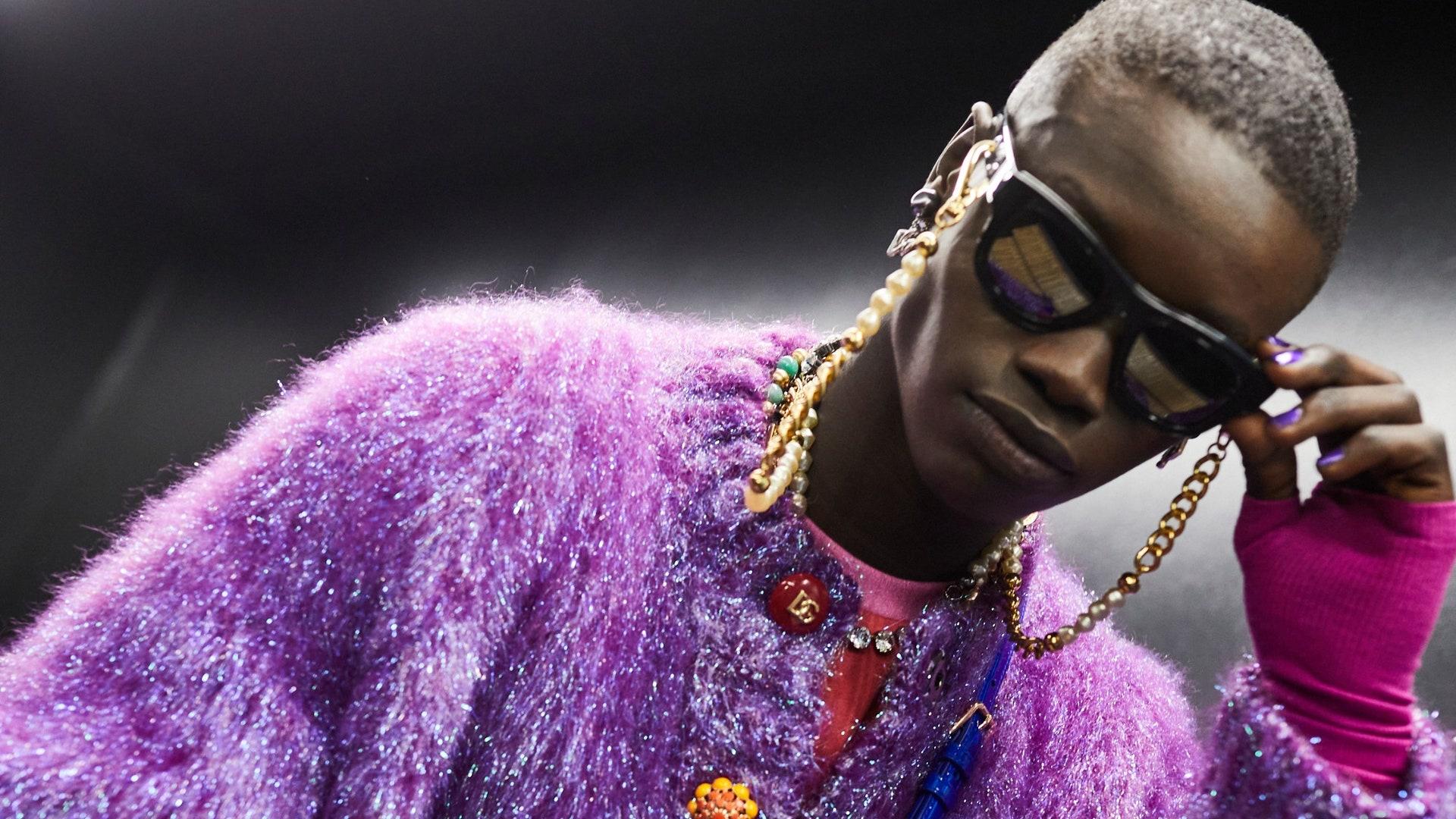 Dolce & Gabbana mezcla la tecnología y los 90 en su pasarela FW21