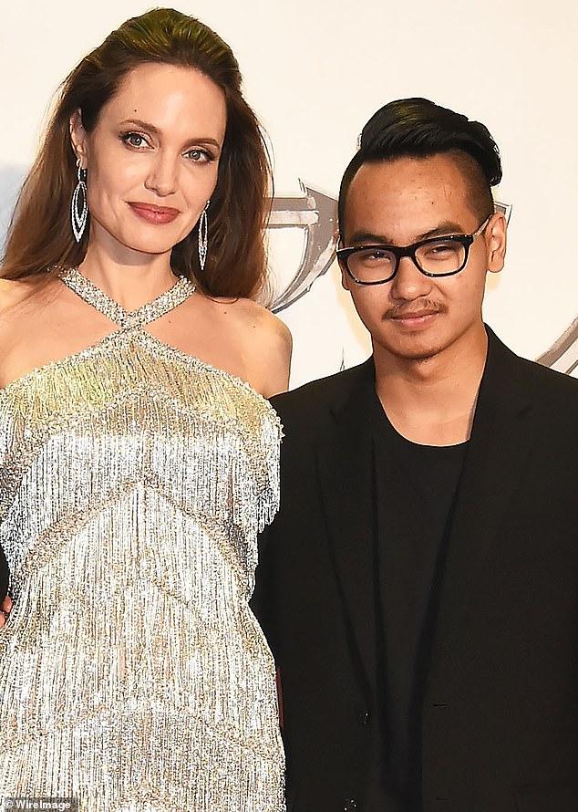 Su lado: Angelina Jolie y el hijo mayor de Brad Pitt, Maddox, de 19 años, testificó contra su padre en medio de la disputa por el divorcio y la custodia de sus padres, ofreciendo al parecer una mirada poco halagadora a su padre actor.  Se les ve en el estreno de Maléfica: Mistress of Evil en Tokio 2019 arriba