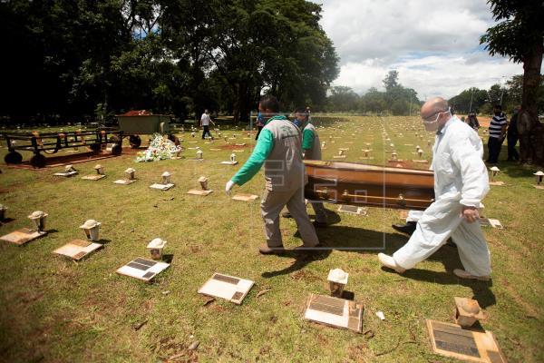 Entierros sin tregua y ucis llenas: Brasil, al límite en plena segunda ola
