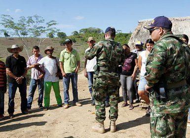 Altos mandos militares de las Brigadas 1 y 13 de la Infantería de Marina hablan con pobladores del Carmen de Bolívar en 2016  Colprensa