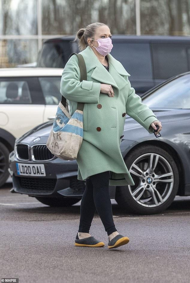 Avanzando: la actriz Kellie Bright, de 44 años, debutó con su panza floreciente cuando salió a repostar su automóvil mientras hacía recados el jueves.