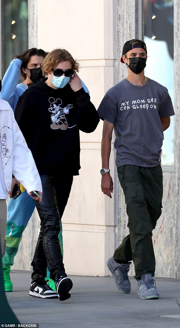 La multitud genial: el sábado, The Kid Laroi, de 17 años (izquierda) fue visto saliendo con David y el hijo de 18 años de Victoria Beckham, Romeo (derecha), en un restaurante italiano en Beverly Hills el sábado.