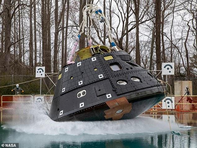 La NASA llevó a cabo la primera de las cuatro pruebas de salpicaduras planificadas de la nave espacial Orion para simular su aterrizaje en el agua después de regresar de las misiones Artemis planificadas.