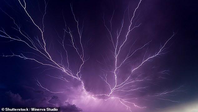 Los rayos generados por tormentas y columnas volcánicas con frecuencia golpean rocas volcánicas liberando fósforo en una forma que puede disolverse en agua y concentrarse en aguas como estanques volcánicos.