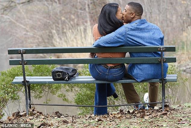 Besos: Michael B. Jordan y su coprotagonista Chante Adams son todo sonrisas mientras comparten un beso en el set de A Journal for Jordan