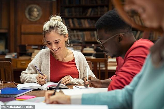 Tomar notas en papel conduce a una mayor actividad cerebral cuando recuerda la información una hora más tarde que cuando recuerda el texto escrito en un dispositivo, según un estudio (imagen de archivo)