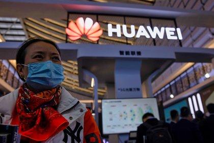 """Una mujer que visita una exposición de Huawei denominada """"Luz de Internet"""", durante la Conferencia Mundial de Internet en Wuzhen, China, en noviembre pasado (EFE)"""