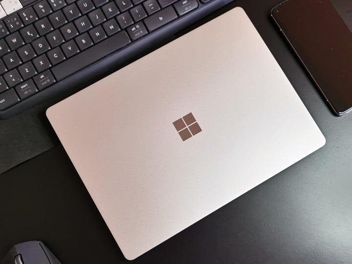 Surface Laptop Go sobre escritorio