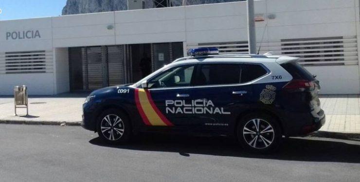 Un coche de Policía Nacional delante de una comisaría en una imagen de archivo.