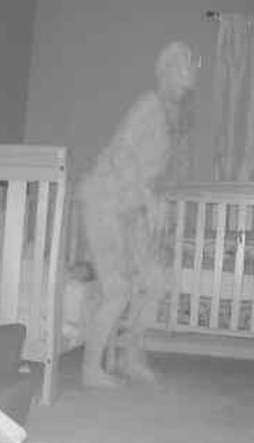 Abuela aterrorizada encuentra 'demonio con cuernos' parado sobre la cama de un niño