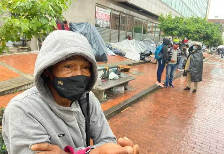 """""""No somos personas para el Estado, somos peor que animales"""": desplazado en calle de Bogotá"""