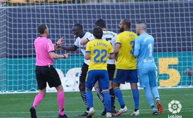 ¡Lamentable! Jugadores del Valencia abandonan la cancha en Cádiz tras denunciar insultos racistas