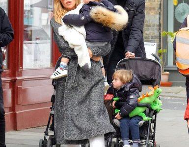 Viaje familiar: Abbey Clancy se veía sensacional cuando la vieron disfrutando del almuerzo con su esposo Peter Crouch y dos de sus cuatro hijos en Primrose Hill, Londres, el martes.