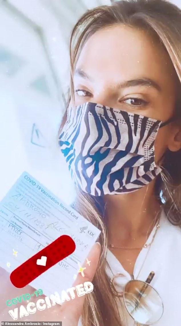 Vacunada: Alessandra Ambrosio reveló con orgullo en su historia de Instagram que recibió la vacuna COVID-19 el jueves.