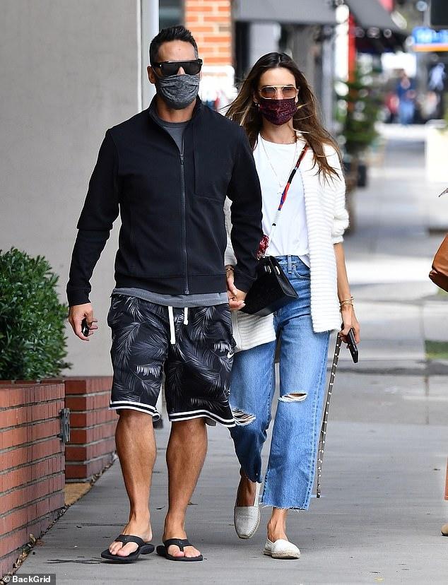 Dulce: Alessandra Ambrosio hizo una exhibición de amor con su novio Richard Lee el miércoles por la tarde.