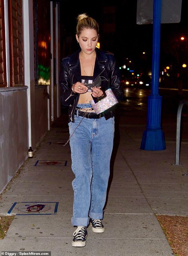 ¿Qué es eso?  Ashley Benson pareció debutar con un nuevo tatuaje en la mano cuando salió a cenar en Los Ángeles el sábado.