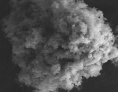 Más de 5.000 toneladas de partículas microscópicas del espacio exterior, conocidas como micrometeoritos, aterrizan en la Tierra cada año, según un nuevo informe del Centro Nacional Francés de Investigación Científica (CNRS).  En la imagen se muestra una microfotografía electrónica de un micrometeorito sin fundir encontrado en la Antártida.