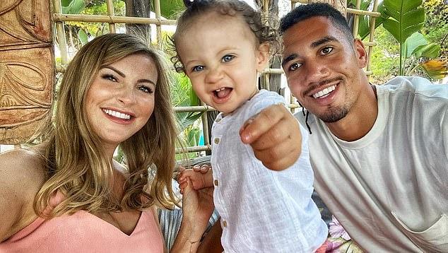 El defensa de la Roma Chris Smalling (derecha) fue asaltado frente a su esposa Sam (izquierda) y su hijo de dos años Leo (centro) el viernes por la mañana.