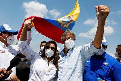 Guillermo Lasso, acompañado de su esposa, María de Lourdes Alcivar, en el cierre de campaña, en Guayaquil, Ecuador el 8 de abril de 2021. REUTERS/Santiago Arcos