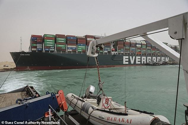 La Autoridad del Canal de Suez ha dicho que planean buscar $ 1 mil millones (£ 722 millones) en compensación después de que Ever Given encalló y detuvo todas las operaciones durante casi una semana.
