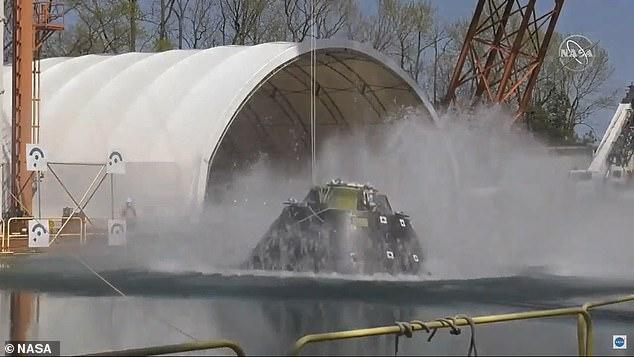La NASA realizó la prueba en las instalaciones de investigación de impacto y aterrizaje de su Centro de Investigación Langley en Virginia que vio la cápsula caer desde dos metros en el aire a una enorme piscina de agua.