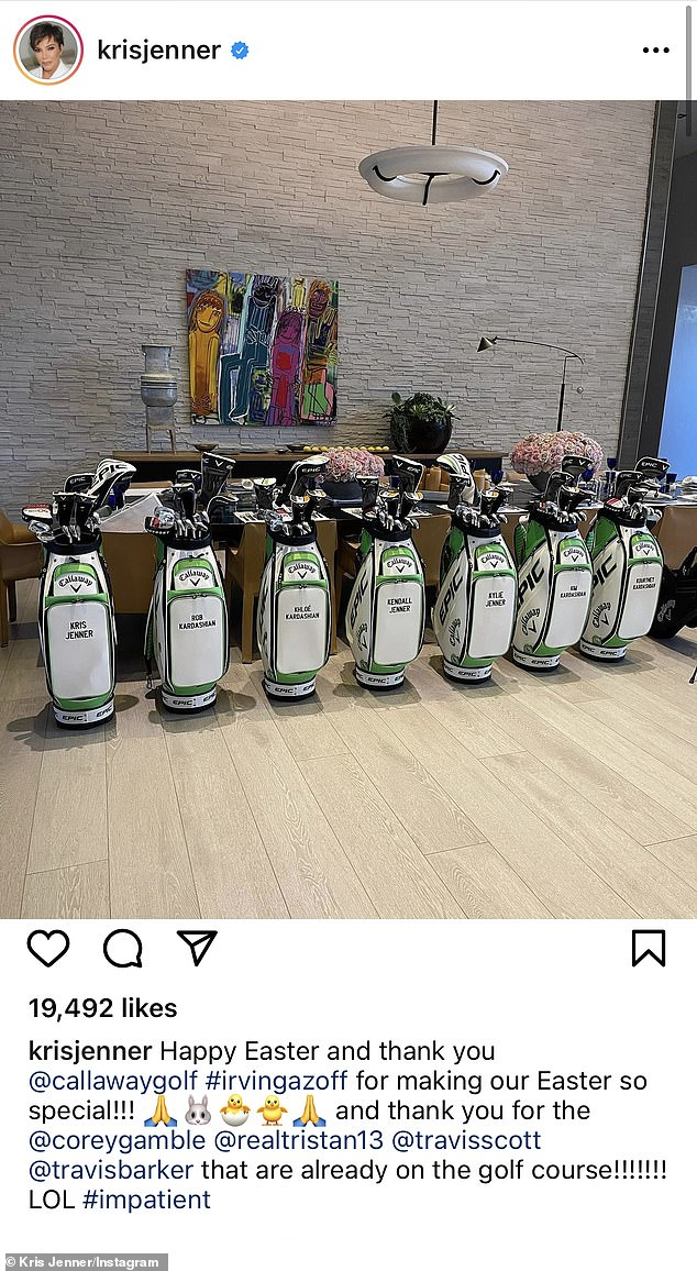 Parte del club: Kris Jenner regaló a sus hijas y a los hombres de sus vidas bolsas de golf personalizadas para Pascua y no se olvidó de Travis Barker, quien se unió a su novia Kourtney Kardashian para la celebración de Pascua de la familia.