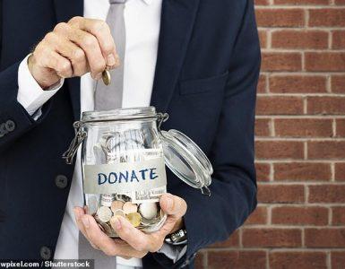 Recordar a los posibles donantes que las donaciones a organizaciones benéficas los beneficia de alguna manera es la mejor manera de fomentar la generosidad, según investigadores de EE. UU. Y Australia (imagen de stock)