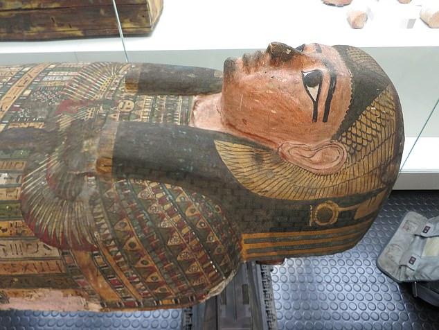 La famosa momia femenina Takabuti murió hace unos 2.600 años después de ser apuñalada en la espalda con un hacha, no con un cuchillo como se afirmó anteriormente, según un nuevo estudio.