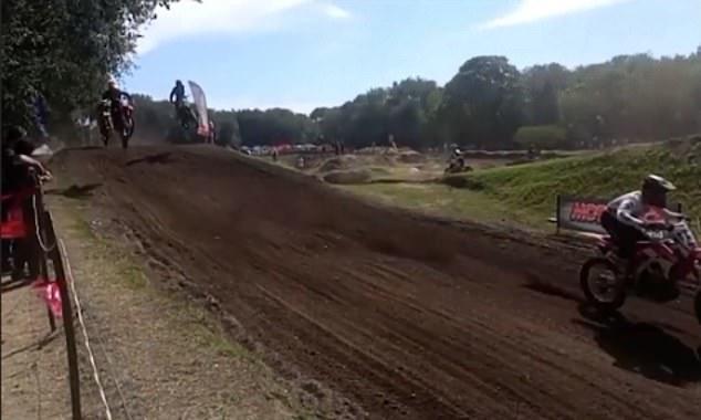 Este es el momento justo antes de que un piloto de motocross muera durante una carrera al ser atropellado por otros dos competidores después de una caída.