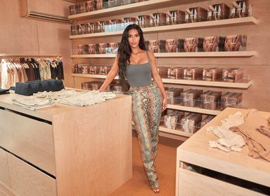 Kim Kardashian West en uno de los locales de su marca Skims