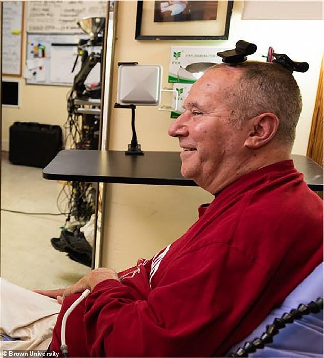 Un participante en el ensayo clínico BrainGate utiliza transmisores inalámbricos que reemplazan los cables que normalmente se utilizan para transmitir señales de sensores dentro del cerebro.  Las pruebas permitieron que los hombres con lesiones en la columna pudieran escribir y hacer clic en una tableta con solo pensar en la acción.