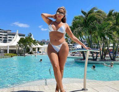 Wow: En otra instantánea el lunes, hizo alarde de su abdomen plano y sus curvas imposibles en el bikini de rayas azules y blancas mientras posaba junto a una enorme piscina.