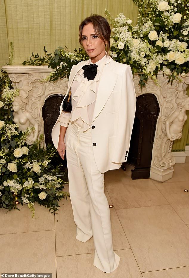 Regalos: Victoria Beckham fue obsequiada con una gran cantidad de delicias de lujo para la Pascua, cuando la prometida de su hijo, Nicola Peltx, le regaló una canasta llena de productos de 500 libras esterlinas.  Fotografiado en 2020