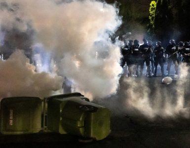 Las protestas estallan después de que la policía de EE. UU. Disparara fatalmente a un joven negro