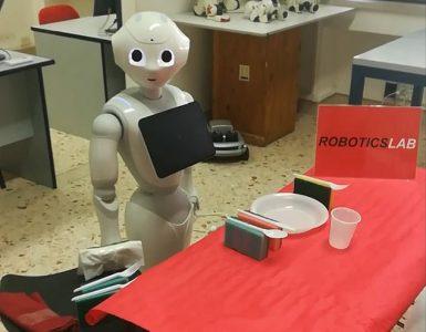 El estudio investiga el potencial del habla interna del robot mientras coopera con socios humanos, utilizando una versión modificada de Pepper (en la foto)