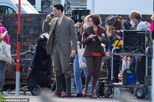 En el set: Phoebe Dynevor y Matthew Goode parecían casi irreconocibles mientras charlaban entre tomas del nuevo drama The Color Room el sábado.