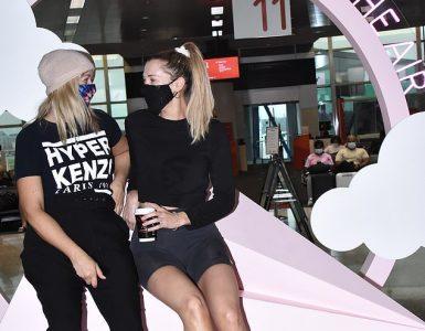 ¡El amor todavía está en el aire!  Rebecca Zemek [R] y Beth Moore [L] fueron vistos posando para fotos con exhibición romántica mientras salían de Sydney después de filmar la reunión