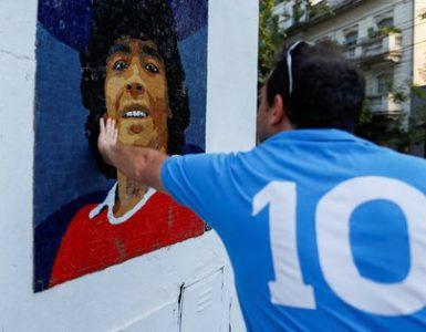 Diego Armado Maradona es considerado el máximo ídolo de la historia del fútbol argentino (Reuters)