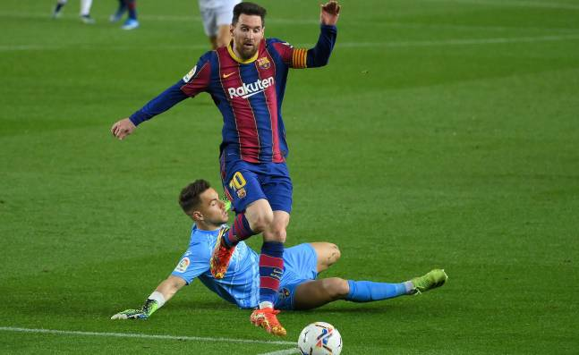 Ronald Koeman devuelve la sonrisa a Lionel Messi, que apunta al Real Madrid
