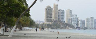 La Policía Metropolitana hizo presencia en las playas de El Rodadero, vigilando la restricción de ingreso a estas playas.