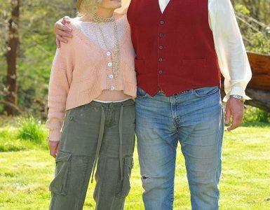 ¡Es extraordinario!  Sarah Miles, de 79 años, se entusiasmó con el nuevo hombre Ian Hollis, de 62 años, ya que admitió que no hay 'nada que él no pueda hacer' en una entrevista el jueves (en la foto juntos el miércoles)
