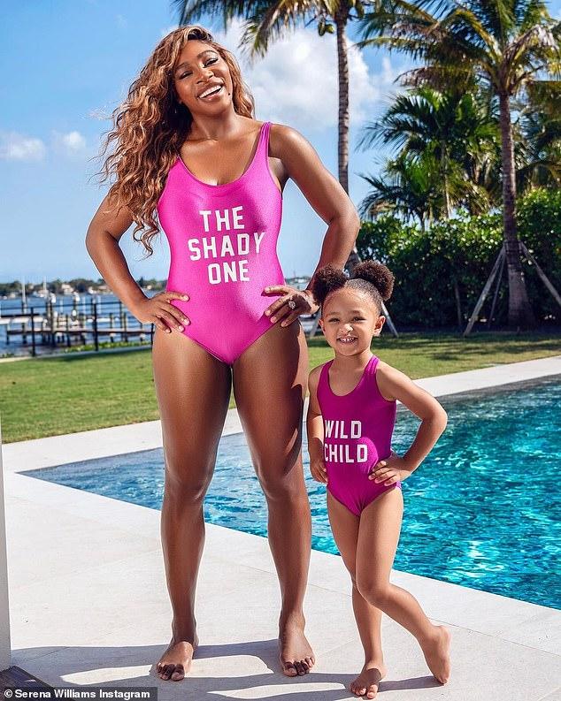 Como mami: Serena Williams y su hija posaron en trajes de baño rosas a juego para dos lindos retratos de Instagram compartidos el miércoles.