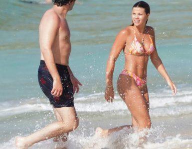 Look de amor: Sofia Richie, de 22 años, hace su debut en St. Barts con su nuevo novio Elliot Grainge mientras empacan en el PDA junto a la playa.